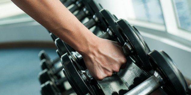 styrketræning med dumbbells fra rack