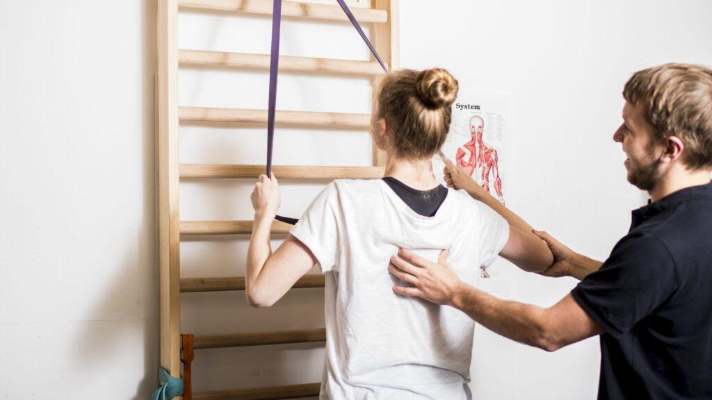 Rygtræning med elastik