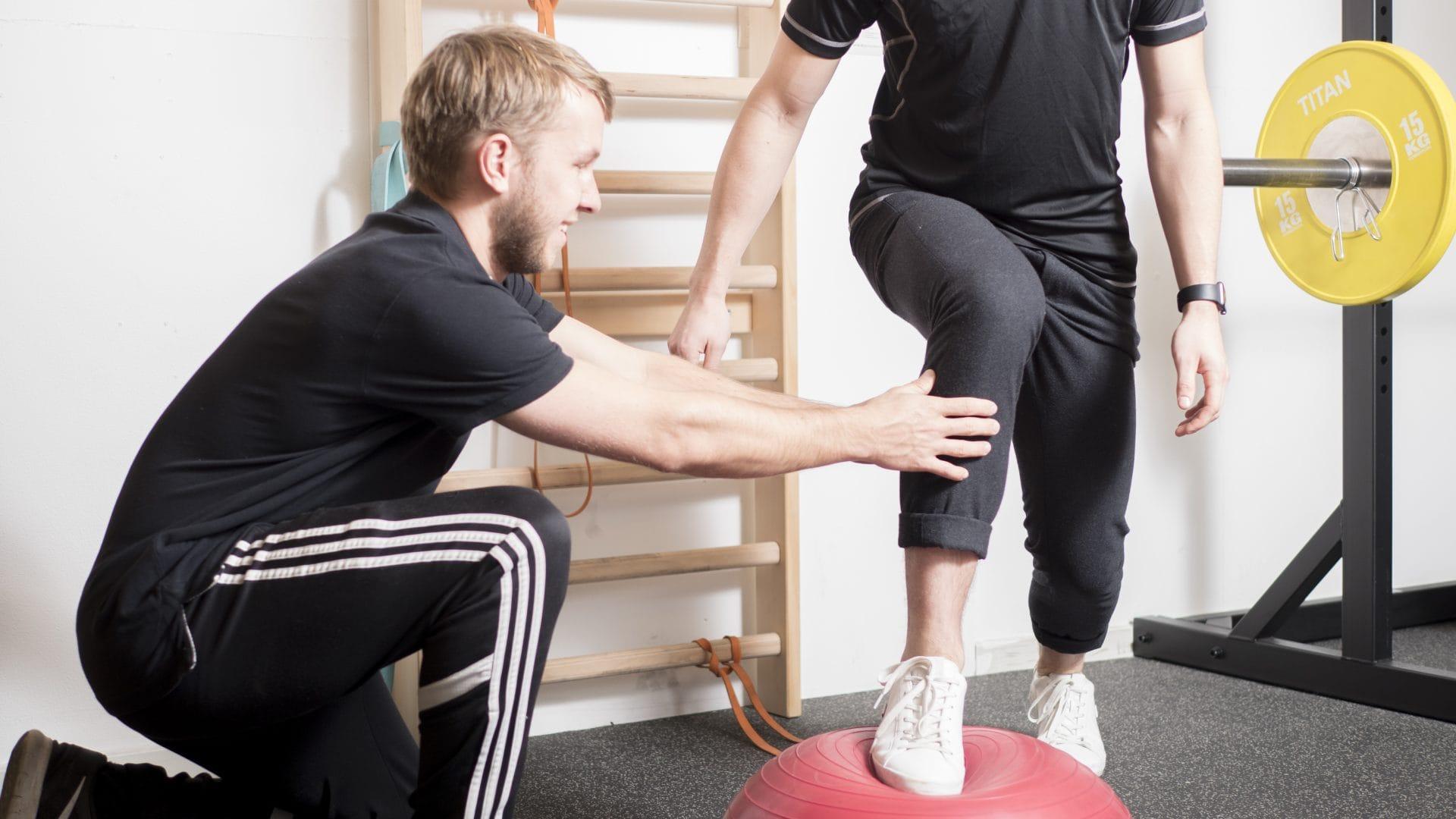Fysioterapeut Simon Bork Nielsen viser knæøvelser til forebyggelse af slidgigt / Artrose i knæet