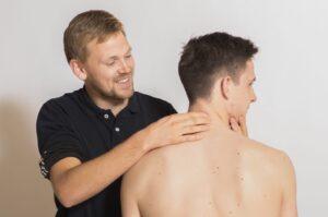 Hold i nakken - Årsager til hold i nakken og behandling